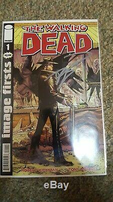 The Walking Dead Comic Collection. 5 issues signed by Kirkman, tons of extras